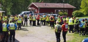 Etsintäkurssin ja maastojohtajakurssin osallistujat kuulemassa etsintäharjoituksen tehtävänantoa.