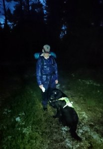 Tarmo on löytänyt kadonneen lentäjän hyväkuntoisena pimeästä korvesta (kuva: Minna Piiroinen)