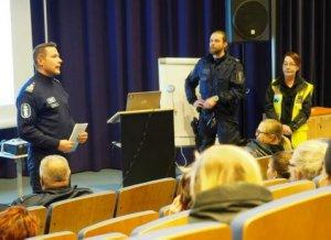 Ylikomisario Sami Hätösen puheenvuoro Kellokkaassa ennen harjoituksen alkua. Oikealla harjoituksen johtaja yk Sami Helander ja vp Annikki von Pandy.