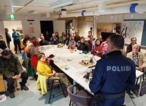 Torstain teoriakoulutus menossa Kolarin paloasemalla, luennoimassa yk Jari Seppälä.
