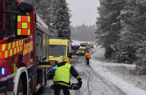 Lisäjoukot saapuvat onnettomuuspaikalle. Kuva: Pohjois-Karjalan pelastuslaitos / Raide2016