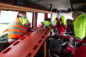 Pelastustoimet käynnissä onnettomuusbussissa. Kuva: Pohjois-Karjalan pelastuslaitos / Raide2016