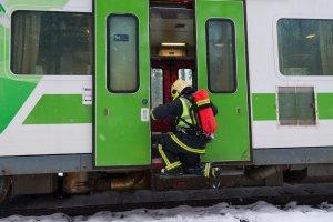 Pelastaja menossa onnettomuusjunaan tutkimaan tilannetta. Kuva: Pohjois-Karjalan pelastuslaitos / Raide2016