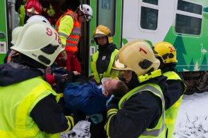 Loukkaantunutta matkustajaa siirretään junasta ambulanssiin. Kuva: Pohjois-Karjalan pelastuslaitos / Raide2016